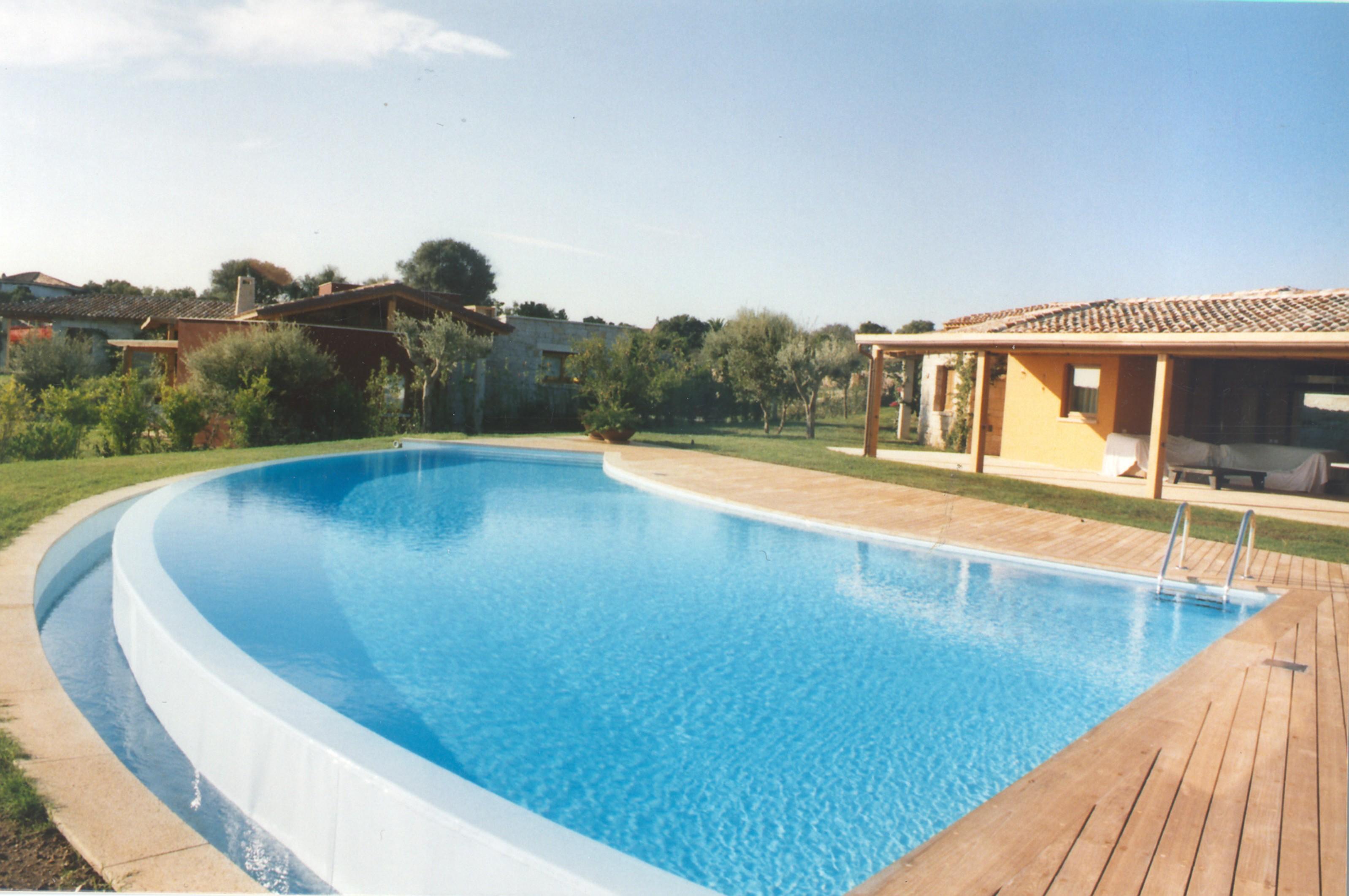 Piscine Sfioro A Cascata piscine a sfioro: caratteristiche, vantaggi e svantaggi